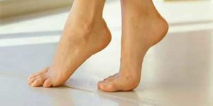 переминается с ноги на ногу